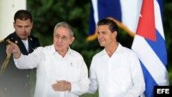 El presidente de México Enrique Peña Nieto (d) y su homólogo cubano, Raúl Castro (c), conversan hoy, viernes 6 de noviembre de 2015, tras una rueda de prensa conjunta.