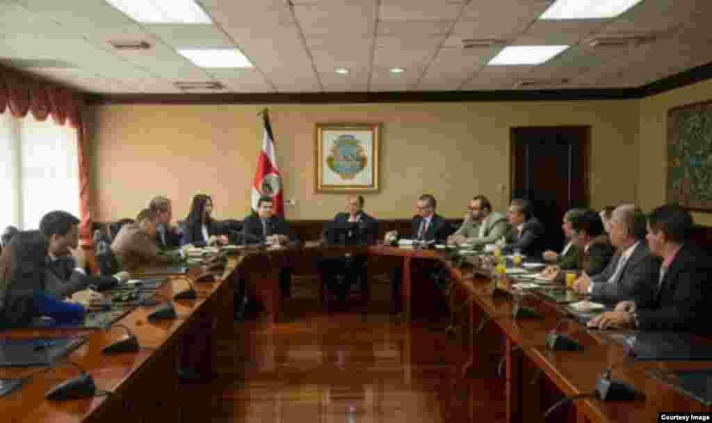 El presidente Luis Guillermo Solís, el canciller Manuel A. González y otros funcionaros se reúnen con los jefes de fracción de la Asamblea Legislativa.