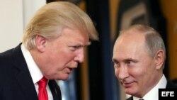 Donald J. Trump y Vladimir Putin conversan en la Cumbre de la APEC en Vietnam. (Archivo)
