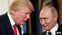 Vladimir Putin y Donald J. Trump conversan en la Cumbre de la APEC en Vietnam.
