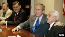 Mario Chanes de Armas junto al entonces presidente de EEUU George W. Bush, en mayo del 2003. (Archivo)