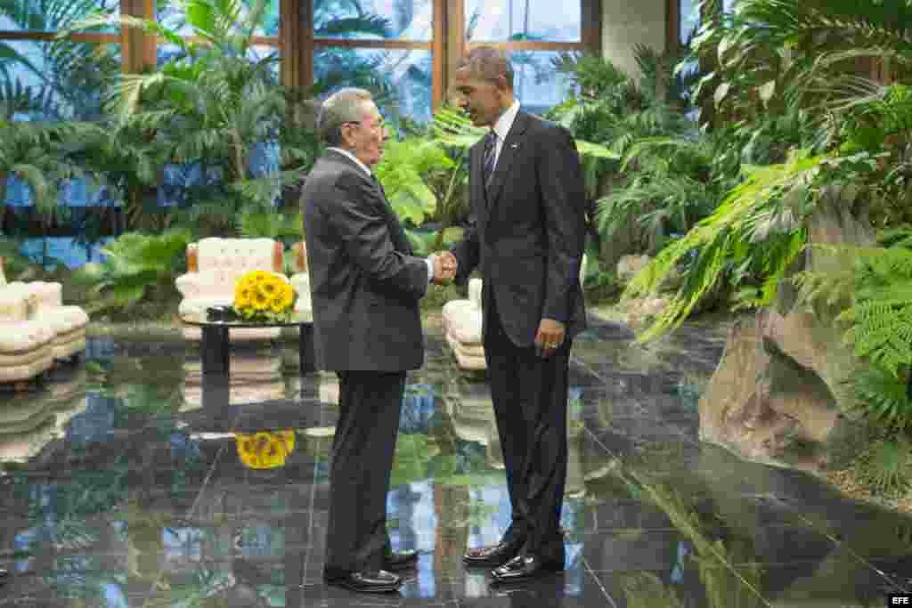 Raúl Castro (c) recibe al presidente de Estados Unidos Barack Obama (d) hoy, lunes 21 de marzo de 2016, en la ceremonia oficial de recibimiento en el Palacio de la Revolución en La Habana (Cuba).