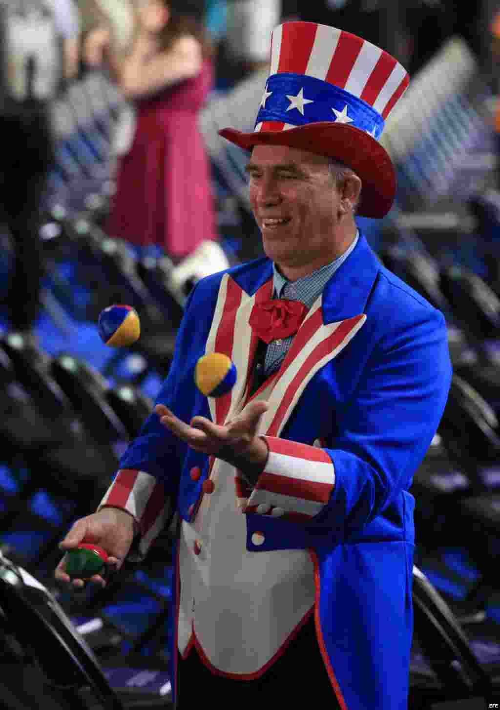 Un hombre vestido con los colores de la bandera estadounidense asiste a la primera jornada de la Convención Nacional Demócrata 2016 hoy, 25 de julio de 2016, en el Wells Fargo Center de Filadelfia, Pensilvania. EFE/TANNEN MAURY
