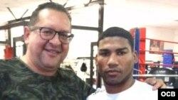 El periodista Edemio Navas (i) junto al boxeador cubano Yuriorkis Gamboa.