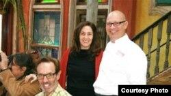 Mariela Castro y el Chef argentino de Cuba Libre Guillermo Pernot, con Malcolm Lazin de Equality Forum (sentado) y el marido de Castro, Paolo Titolo, tomando fotos a la izquierda (foto Philly.com).