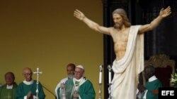 l papa Francisco durante la misa que ofició hoy en la Plaza de la Revolución de La Habana, en el que se considera uno de los lugares más emblemáticos del país, y a la que asisten miles personas.