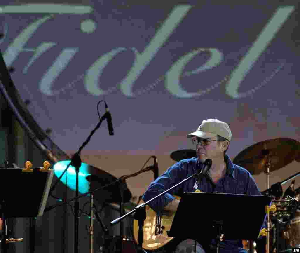 El cantautor cubano Silvio Rodríguez participa, en el concierto organizado por la Fundación Guayasamín en homenaje al 80 cumpleaños del líder cubano Fidel Castro.