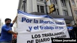 Foto de archivo: Empleados del diario El Universo protestan contra la decisión del tribunal