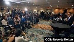 Guaidó responde a preguntas de la prensa en el Miami Airport Convention Center, el 1ro. de febrero del 2020. (Foto Roberto Koltún)