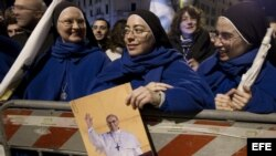 Fotografía de archivo de un grupo de monjas en la plaza de San Pedro en el Vaticano.