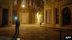 Un turista en una calle de La Habana.