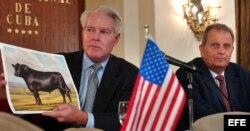 ARCHIVO. En el 2004 el ganadero de Florida John Park Wrigth hizo negocios con la empresa cubana Alimport. A su lado Pedro Alvarez, el entonces director de la empresa cubana Alimport.
