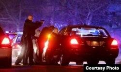 La policía dispara contra los sospechosos en Watertown, Massachusetts (foto Getty Images)