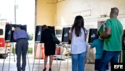 Electores hacen cola para emitir su voto durante los comicios presidenciales en un colegio electoral de Miami, Florida. Archivo