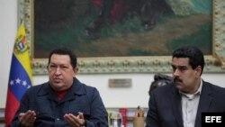 El presidente de Venezuela, Hugo Chávez (i), acompañado del vicepresidente y ministro de Relaciones Exteriores, Nicolás Maduro (d), el sábado 8 de diciembre de 2012.