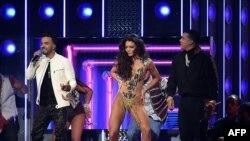 """Luis Fonsi (i) y Daddy Yankee (d) cantando """"Despacito"""" en la edición 60 de los Grammy"""