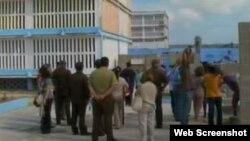 Vista exterior de una cárcel en Cuba. (Foto tomada de del canal de You Tube de TeleSur)