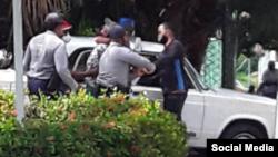 Arresto del activista cubano Dariem Columbie, secretario del Consejo para la Transición, cuando iba a entregar en el Gobierno Provincial de Santiago de Cuba el documento que les notificaba sobre la marcha del 20N.