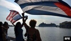 """Un grupo de personas da la bienvenida al buque """"Adonia"""", de Carnival."""
