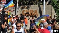 Un grupo de homosexuales camina por una céntrica avenida de La Habana (Cuba).