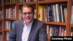 Luis Leonel León, periodista y editor, creador de la Colección Fugas, para escritores cubanos del exilio. Foto: Wenceslao Cruz.