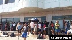Tras la salida hacia México de unos 1.300, otros cientos de cubanos se aglomeran en Paso Canoas, Panamá (La Prensa).
