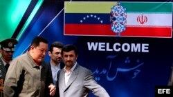 Chávez estrechó relaciones con regímenes patrocinadores del terrorismo. En la foto, en Teherán con el presidente iraní, Majmud Ajmadineyad.