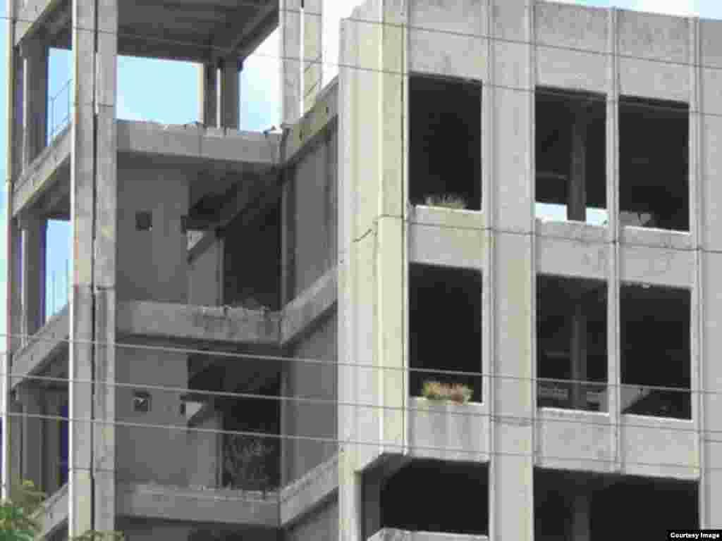 La maleza cubre las estructuras exteriores del Hospital Materno Infantil de bayamo.