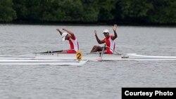 Los cubanos Solaris Freire y Adrián Oquendo celebran su victoria en la modalidad de dos remos largos de los Juegos Centrocaribes de Veracruz.