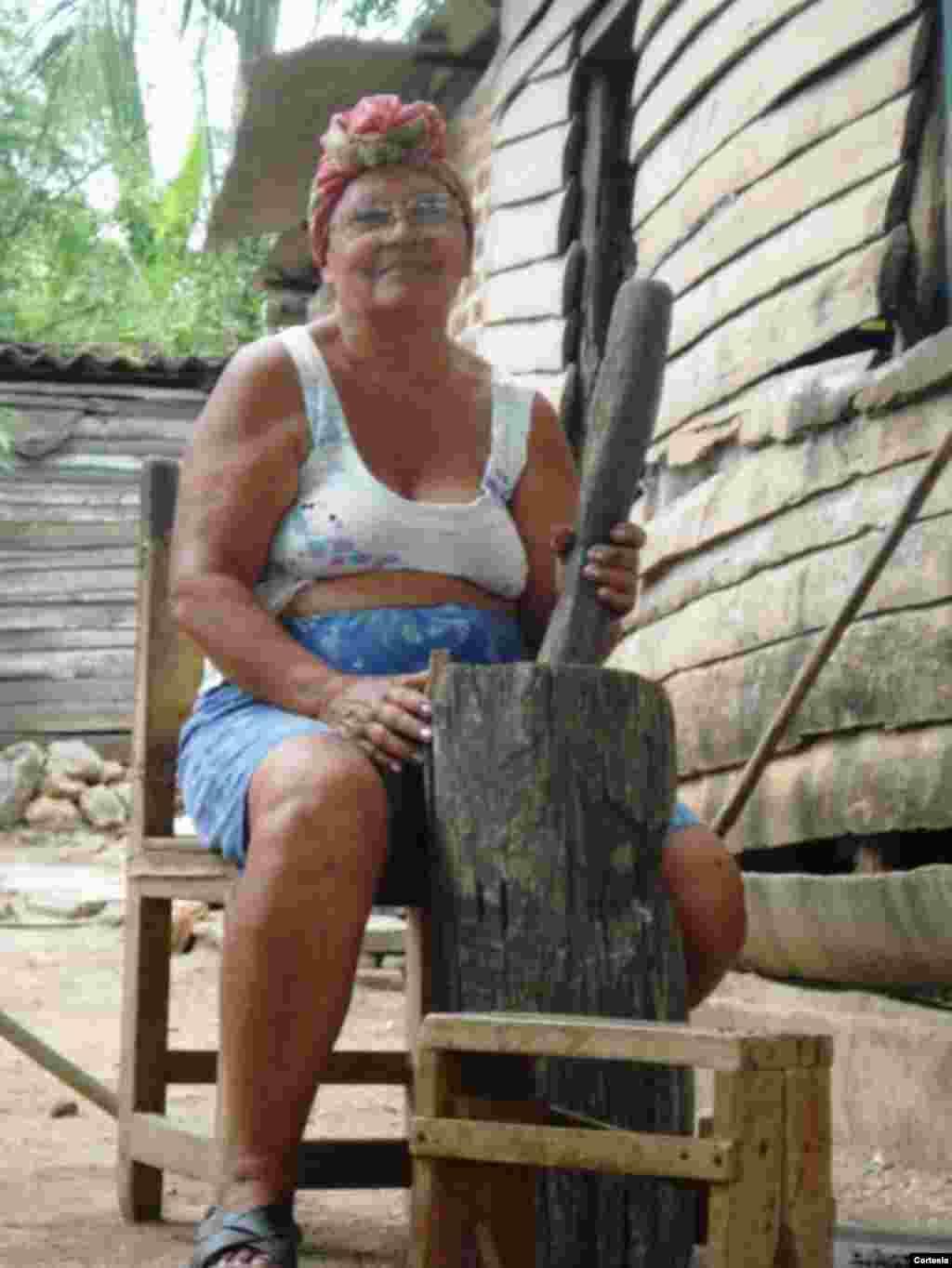 Campesina ayuda en las labores del hogar.