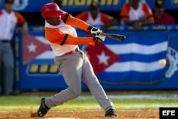 Daniel Castro, del equipo Villa Clara (Cuba), batea durante un juego contra los Tigres del Licey de República Dominicana en la Serie del Caribe 2014.