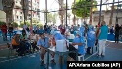 Trabajadores de la salud colocan dosis de la vacuna Sputnik V COVID-19 en el barrio 23 de Enero en Caracas, Venezuela, el 9 de junio de 2021. Foto: AP/Ariana Cubillos.