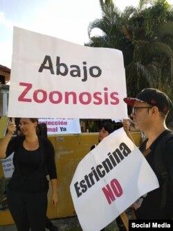 Abajo Zoonosis, reza un cartel durante la protesta por la protección animal frente al establecimiento encargado de sacrificarlos en masa.