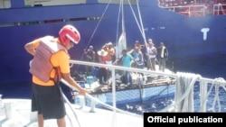 Doce balseros cubanos fueron rescatados el lunes de una balsa a 76 kilómetros de la costa de Quintana Roo.