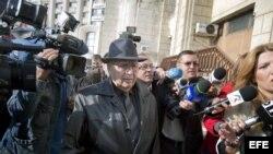 El rumano Ion Ficior (c) de 85 años, excomandante del Ejército rumano, responsable del centro de trabajos forzados de Periprava, llega al Tribunal Supremo de Rumanía, en Bucarest, Rumanía, el 24 de octubre de 2013. La Fiscalía rumana ha admitido hoy una d
