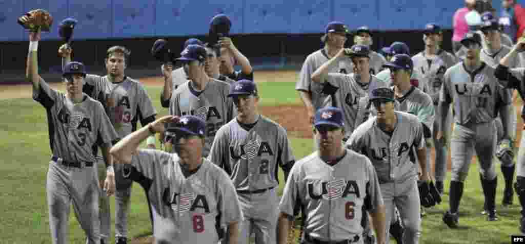 Los integrantes del equipo de Estados Unidos saludan al publico al final del partido amistoso frente a Cuba.