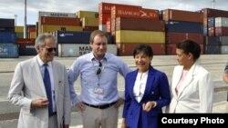 La secretaria de Comercio de EE.UU., Penny Pritzker (2da d.) visita el puerto cubano de Mariel.