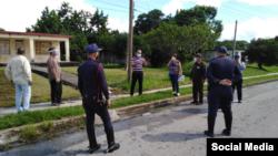 Policías en Vuelta Abajo ante el cierre de cuadras.