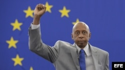 El opositor cubano Guillermo Fariñas posa con el puño en alto tras aceptar el premio Sájarov durante un acto celebrado en el Parlamento Europeo en Estrasburgo (Francia). Archivo.