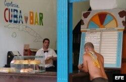Dos hombres conversan en una cafetería de La Habana Vieja.