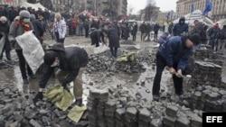 Manifestantes opositores al gobierno ucraniano pican adoquines en el centro de Kiev
