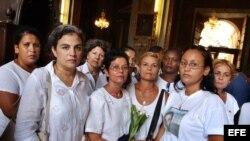 Fotografía de archivo de las Damas de Blanco en la Iglesia. EFE/Alejandro Ernesto