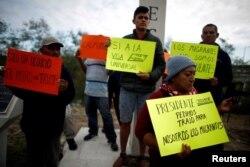 Inmigrantes centroamericanos protestan en el cruce fronterizo de Reynosa-McAllen.