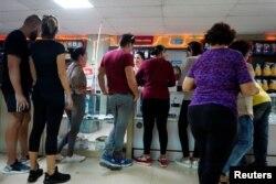 Habaneros hacen fila en una tienda que solo da el vuelto en pesos cubanos. (REUTERS/Alexandre Meneghini)