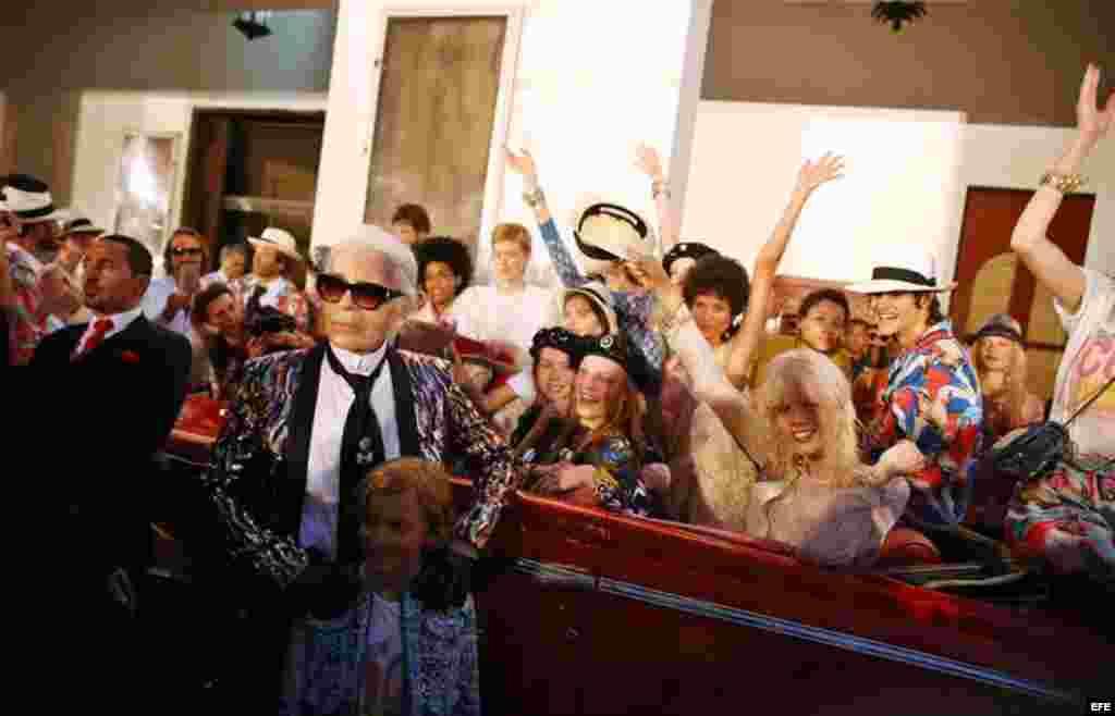 El director creativo de Chanel, Karl Lagerfeld, posa con varios modelos al concluir el primer desfile de la casa de moda Chanel.