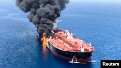 Un tanquero de petróleo tras ser atacado en el Golfo de Omán.