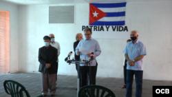 """Ramón Saúl Sánchez, líder del Movimiento Democracia, habla durante la conferencia de prensa sobre la caravana """"Patria y Vida""""."""