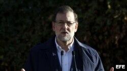 El presidente del Gobierno y candidato a la reelección por el PP, Mariano Rajoy, en declaraciones a los medios tras ejercer su derecho al voto en un colegio de Aravaca.