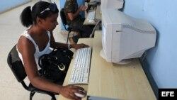 Varias personas acceden a Internet en una sala de navegación.