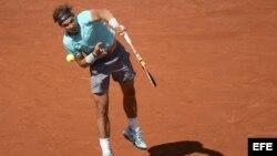 El tenista español Rafael Nadal saca ante el escocés Andy Murray.